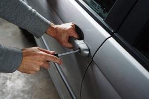 Images présentant une personne forçant une serrure de véhicule